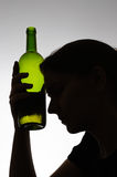 Kontur av en kvinna som rymmer en flaska Royaltyfri Foto