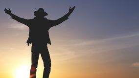 Kontur av en man med en ryggsäck mot ljus himmelsolnedgång stock video