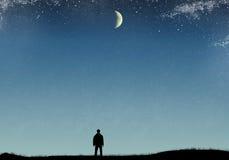 Kontur av en man på fältet med gräs, stjärnklar himmel och månen Royaltyfri Foto