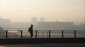 Kontur av en man som går runt om staden Royaltyfri Foto