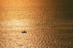 Kontur av en person som är borttappad på havet Arkivfoto