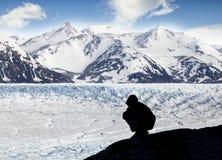 Kontur av en person som beundrar härlig sikt av glaciären och mo Royaltyfria Bilder