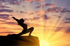 Kontur av en praktiserande yoga för flicka royaltyfri bild
