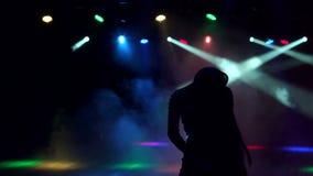 Kontur av en spenslig dansflicka i nattklubb stock video