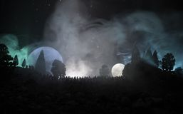 Kontur av en stor folkmassa av folk i skog på natten som håller ögonen på på den stigande stora fullmånen Dekorerad bakgrund med  vektor illustrationer
