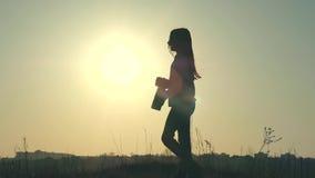 Kontur av en ung flicka-fotograf som tar bilder stock video