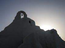 Kontur av en vit murbrukkyrka på Mykonos i Grekland Arkivbilder