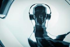 Kontur av ett digitalt huvud för cyber i hörlurar som en dj arkivfoton