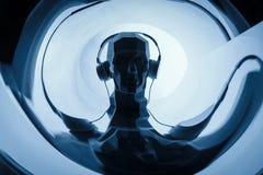 Kontur av ett digitalt huvud för cyber i hörlurar som en dj royaltyfria bilder
