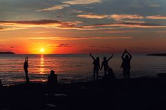 Kontur av ett folk under solnedgången på kafét Del Mar ibiza Arkivbild