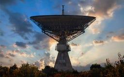 Kontur av ett gammalt enormt radioteleskop Royaltyfri Bild