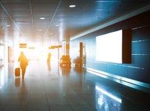 Kontur av ett oigenkännligt affärsresandefolk på den internationella flygplatsen Royaltyfri Fotografi