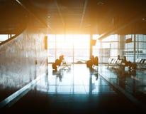 Kontur av ett oigenkännligt affärsresandefolk på den internationella flygplatsen Arkivbild