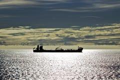 Kontur av ett skepp på havet Arkivfoto