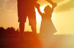Kontur av fadern och den lilla dottern på Fotografering för Bildbyråer