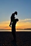 Kontur av fadern och dottern på stranden royaltyfria bilder