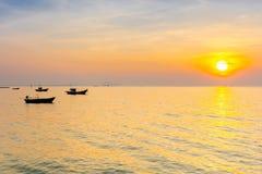 Kontur av fiskerifartyget i havet med solnedgånghimmel arkivbilder