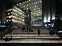 Kontur av folk som kopplar av och väntar, på natten på för Osaka för moment utvändig station drev, Japan Fotografering för Bildbyråer