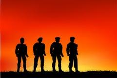 Kontur av fyra soldat, perspektiv för låg vinkel, på solnedgången eller soluppgång vektor illustrationer