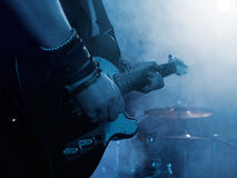 Kontur av gitarrspelaren på etapp royaltyfria foton