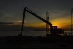 Kontur av grävskopaladdaren på konstruktionsplatsen royaltyfria bilder