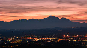 Kontur av Granen Sasso i Abruzzo på att likna för solnedgång Arkivfoto