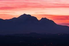 Kontur av Granen Sasso i Abruzzo på solnedgången Fotografering för Bildbyråer