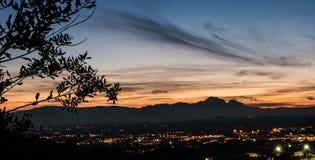Kontur av Granen Sasso i Abruzzo på solnedgången Arkivfoto