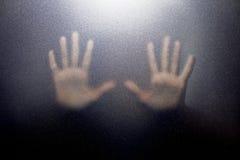 Kontur av handen bak glass förgrund Royaltyfri Foto