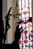 Kontur av handen framme av målat glass Royaltyfri Bild