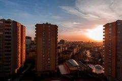 Kontur av hyreshusar mot färgrik himmel på solnedgången Arkivfoton