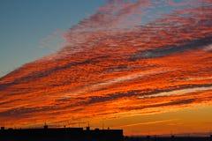Kontur av konstruktionsbyggnad på solnedgånghimmelbakgrund royaltyfri foto