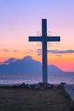 Kontur av korset och Mount Athos på soluppgång eller solnedgången med havspanorama Fotografering för Bildbyråer