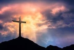Kontur av korset på soluppgång Royaltyfri Fotografi