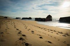 Kontur av krigblockhuset på scenisk härlig seascape för sandig strand med vågor på Atlantic Ocean arkivfoto