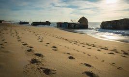 Kontur av krigblockhuset på scenisk härlig seascape för sandig strand med vågor på Atlantic Ocean royaltyfria bilder