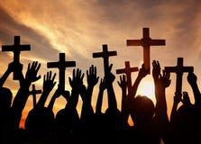 Kontur av kristen som rymmer kors royaltyfria bilder
