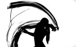 Kontur av kvinnadansen med genomskinligt tyg i svart och