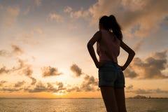 Kontur av kvinnainnehavhanden på midjan fotografering för bildbyråer