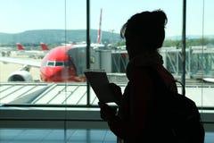 Kontur av kvinnan i flygplats royaltyfri foto