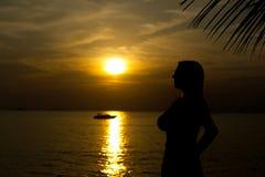 Kontur av kvinnan på solnedgången nära havet royaltyfri fotografi