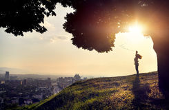 Kontur av kvinnan på solnedgångstadssikten Royaltyfri Bild