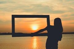 Kontur av kvinnor som rymmer ramen arkivbilder