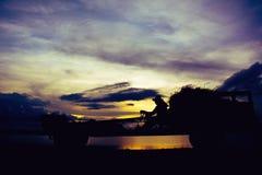 Kontur av lantgårdtraktoren på solnedgång Royaltyfri Foto