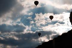Kontur av luftballonger i himlen arkivfoton
