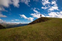 Kontur av lycksökaren som står i bergen royaltyfria bilder