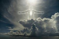 Kontur av mannen bland molnen arkivfoton