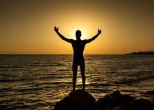 Kontur av mannen i solnedgången Fotografering för Bildbyråer