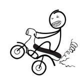 Kontur av mannen som poppar wheelien på cykeln Royaltyfria Bilder