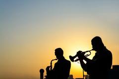 Kontur av musikbandet som spelar musiken Fotografering för Bildbyråer